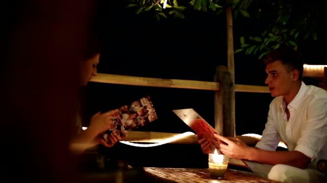 レストランでのロマンチックなディナー ビデオ
