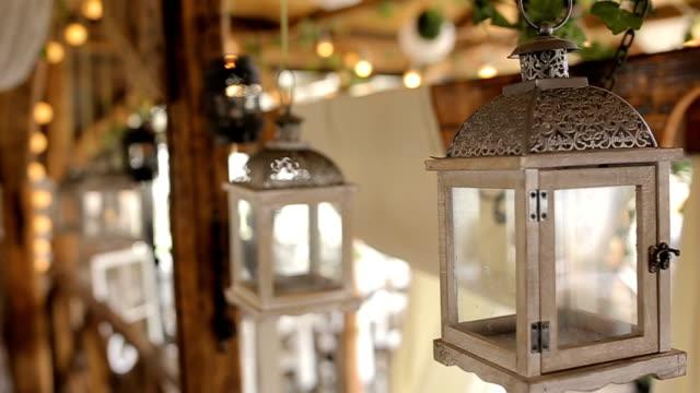 vídeos de stock, filmes e b-roll de lanternas românticas para decoração do casamento - decoração