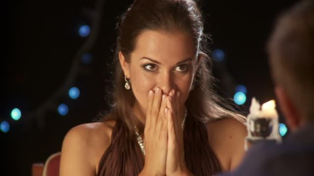 hd: romantica proposta - fidanzati video stock e b–roll