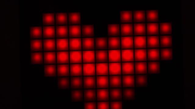 romantisches rotes herz in form von pixeln. valentinstag. nahaufnahme. stop-bewegung - online dating stock-videos und b-roll-filmmaterial
