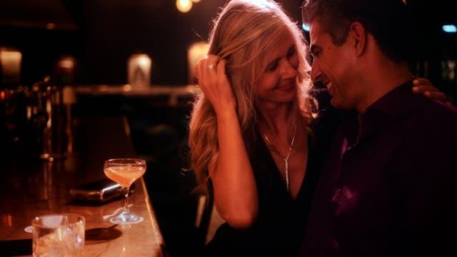 ロマンチックなシニア カップルは豪華なバーで夜の外出を採用 - バーカウンター点の映像素材/bロール