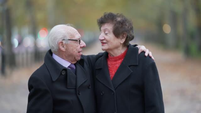 romantyczna para seniorów razem patrząc na siebie - true love angielski zwrot filmów i materiałów b-roll