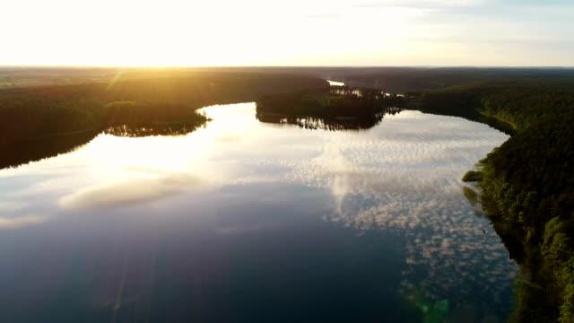 vidéos et rushes de coucher de soleil romantique au-dessus du lac. paysage paisible - lac reflection lake