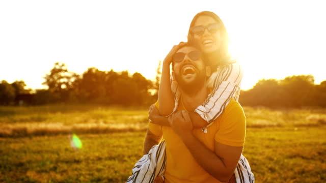 vidéos et rushes de coucher de soleil romantique. - image teintée