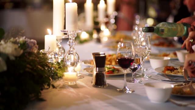 romantisk bords installation dekorerad för middags bjudnings-eller bröllops mottagning. - formell klädsel bildbanksvideor och videomaterial från bakom kulisserna
