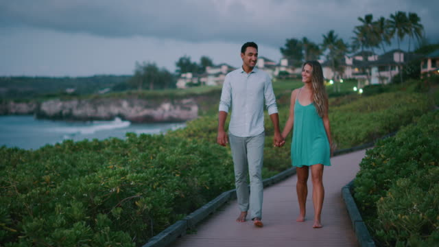 a romantic walk at dusk - kurort turystyczny filmów i materiałów b-roll