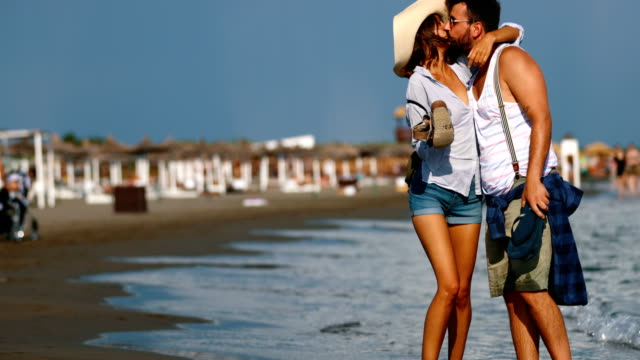 ビーチでのロマンチックな散歩。 - キス点の映像素材/bロール