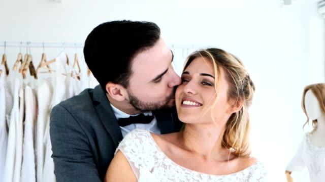 c952b09847 Pareja de boda romántica junto. Celebración de unos a otros y besos. - vídeo