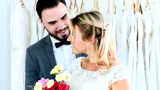 1d6007abc0 Pareja de boda romántica junto. Hombre que a mujer flor y sorpresa. - vídeo