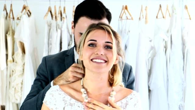 2f75eb4c99 Pareja de boda romántica junto. Hombre dando collar para sorprender a su  mujer. -