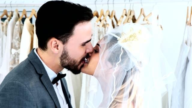 5ea2d33b4b Pareja de boda romántica junto. Apertura de los velos de su novia. - vídeo