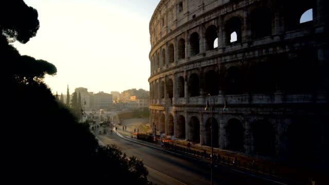 vídeos y material grabado en eventos de stock de coliseo de roma y concurrida calle de roma, italia - material de construcción