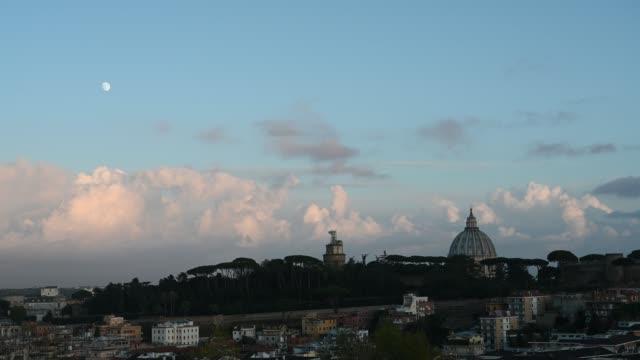 rom-kväll utsikt över staden med kupolen i peterskyrkan i vatikanen - påve bildbanksvideor och videomaterial från bakom kulisserna