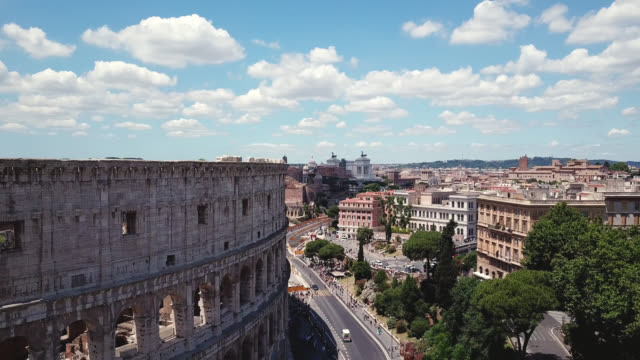 vidéos et rushes de rome, italie. vue aérienne sur le colisée - rome