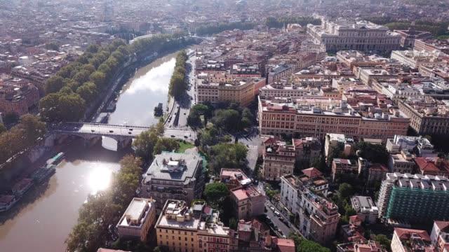 vidéos et rushes de rome, lazio, italie. vue aérienne de la ville, le tibre et le pont ponte regina margherita - rome