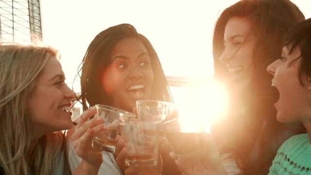 Rallentatore-Terrazza sul tetto partito Selfie ragazza amici - video