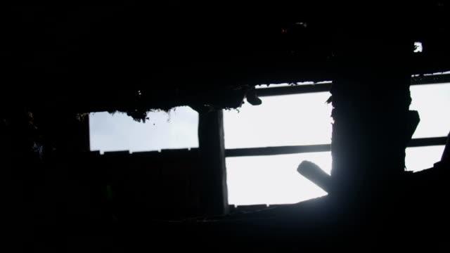 roof falling apart - dziura filmów i materiałów b-roll
