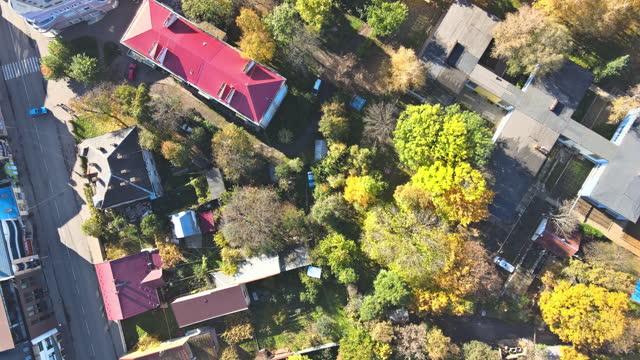 tetto storico della vista panoramica aerea dalla città vecchia di uzhhorod, in transcarpazia ucraina europa - transcarpazia video stock e b–roll