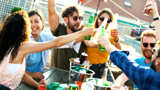 vidéos et rushes de partie de toit un après-midi d'été. - man drinking terrace