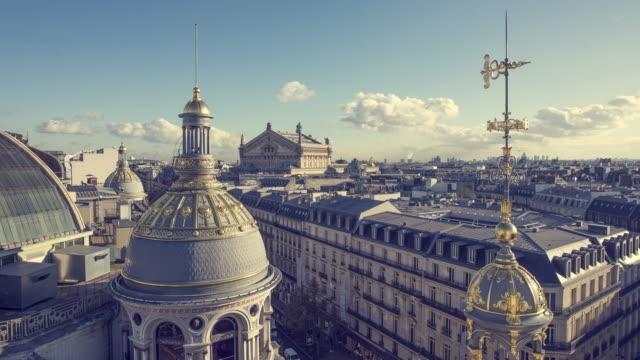 vídeos de stock, filmes e b-roll de telhados de paris, frança - moda parisiense