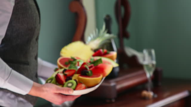 stockvideo's en b-roll-footage met room service in een luxe hotel - tropisch fruit