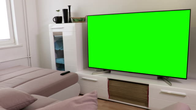 Room with 4k flat screen tv with green screen - vídeo