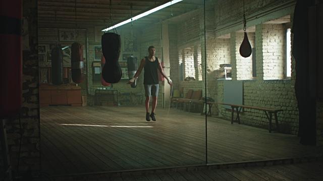 vídeos de stock e filmes b-roll de rope jumping boxer - dureza