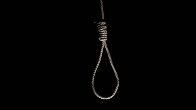 stockvideo's en b-roll-footage met 4k dolly: touw strop opknoping op zwarte achtergrond - hangen