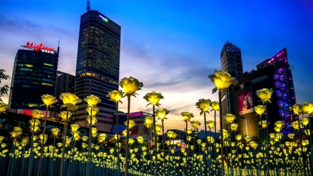 vídeos de stock, filmes e b-roll de jardim de flor de rosas do led em dongdaemun design plaza (ddp). - coreia