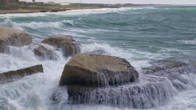 羅什哈尼克拉海岸線和海浪粉碎岩石 - lebanon 個影片檔及 b 捲影像