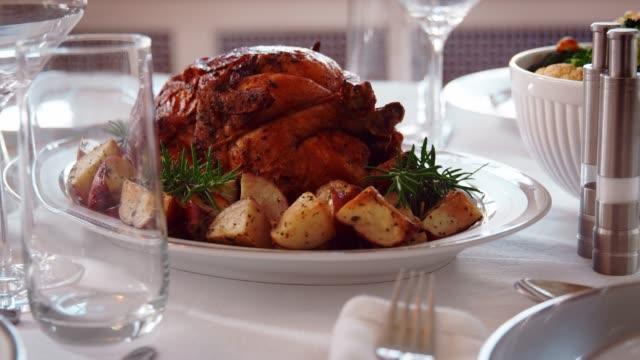 안식일에 대 한 설정 테이블에로 시 hashanah 음식 - rosh hashana 스톡 비디오 및 b-롤 화면
