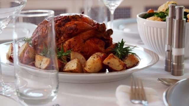 rosh hashanah meal in a jewish home - rosh hashana стоковые видео и кадры b-roll