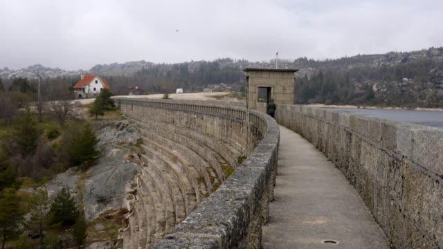 vídeos de stock e filmes b-roll de rossim dam valley in serra da estrela, portugal - barragem portugal
