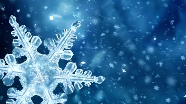 rotierende blaue schneeflocke hintergrund - weihnachtskarte stock-videos und b-roll-filmmaterial