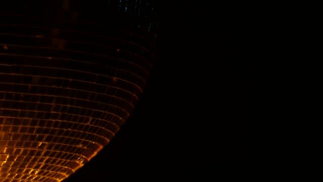 roterande disco mirror ball. svart rök bakgrund. närbild - dansbana bildbanksvideor och videomaterial från bakom kulisserna