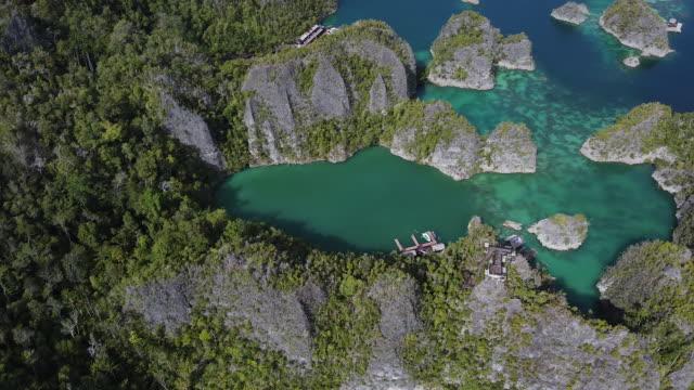 vídeos de stock e filmes b-roll de rotating drone shot of an archipelago - arquipélago