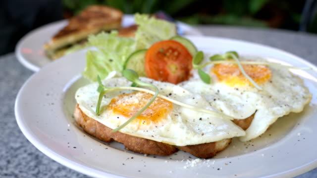 Girar el huevo frito con pan tostado para el desayuno - vídeo