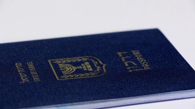 白い背景の上の回転のイスラエルのパスポート ビデオ