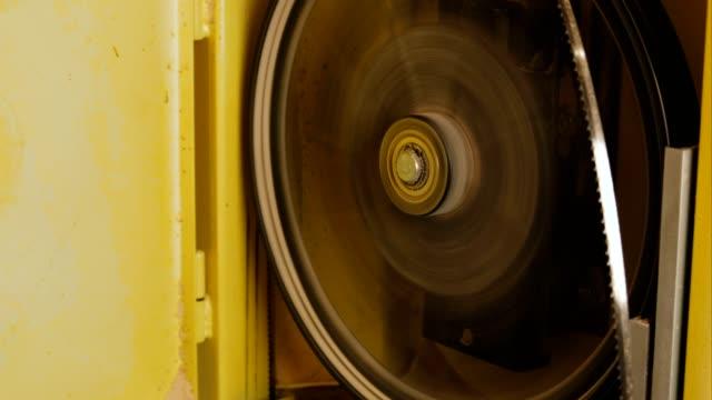 drehmechanismus der bandsäge. - bandsäge stock-videos und b-roll-filmmaterial