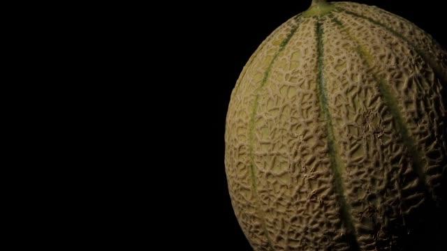 roterende meloen detail op zwarte achtergrond video