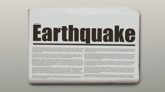roterande tidning med en text som är jordskalv. - paper mass bildbanksvideor och videomaterial från bakom kulisserna