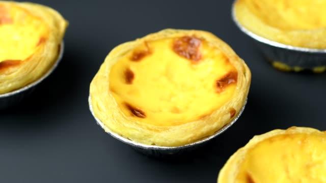roterande ägg tårta i 4k-upplösning - vaniljsås bildbanksvideor och videomaterial från bakom kulisserna