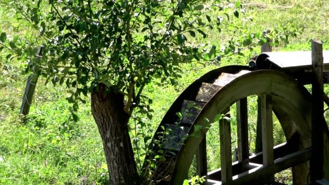 rotierende alte wasserrad auf einer wiese, entschleunigung, odenwald, 4k - urban gardening stock-videos und b-roll-filmmaterial