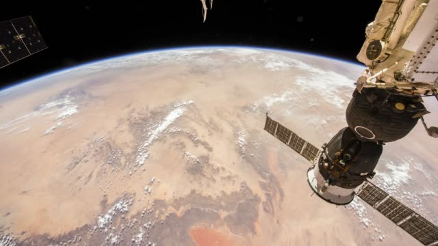 rotierende erde, wie von der internationalen raumstation iss zu sehen - satellit stock-videos und b-roll-filmmaterial