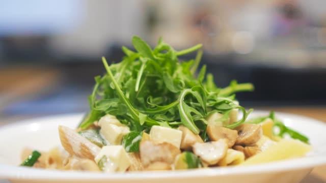 drehteller mit huhn, zucchini, champignons und nudeln. - portion stock-videos und b-roll-filmmaterial