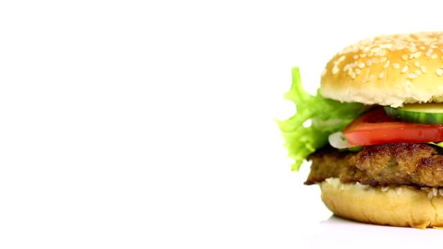 vídeos y material grabado en eventos de stock de sabrosas hamburguesas giratorio sobre fondo blanco - hamburguesa