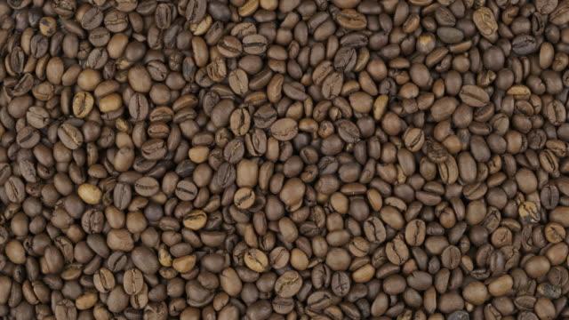Rotation, fond de grains de café. Fond d'épicerie. Vue du haut. Copier l'espace. - Vidéo
