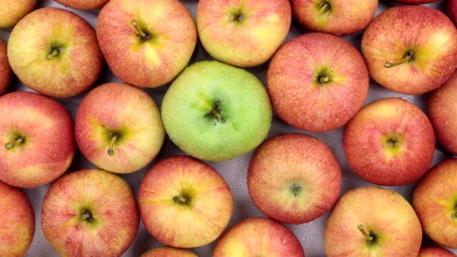rotation close-up, den hintergrund von grünen und roten äpfeln. - apple stock-videos und b-roll-filmmaterial