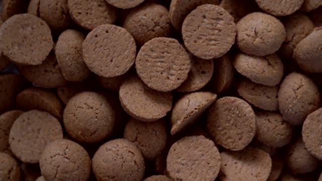 rotation kruidnoten, traditionelle sinterklaas süßigkeiten. niederländischer urlaub sinterklaas hintergrund. pepernoten auf sack für süßigkeiten und geschenk-boxen.  konzept für den nikolaus tag fünf dezember. 4k video - nikolaus stiefel stock-videos und b-roll-filmmaterial