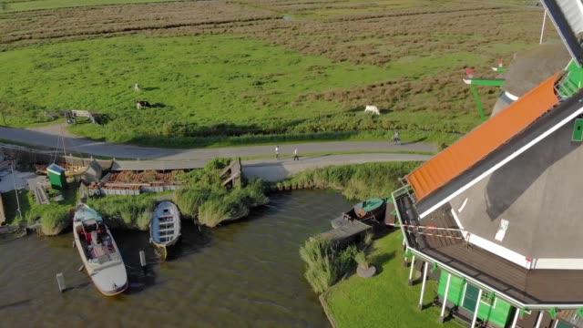 rotation mills på landsbygden i nederländerna - drone amsterdam bildbanksvideor och videomaterial från bakom kulisserna
